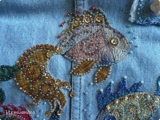 Летняя сумочка из старых джинсов. Рыбки украшены бисером. фото 5