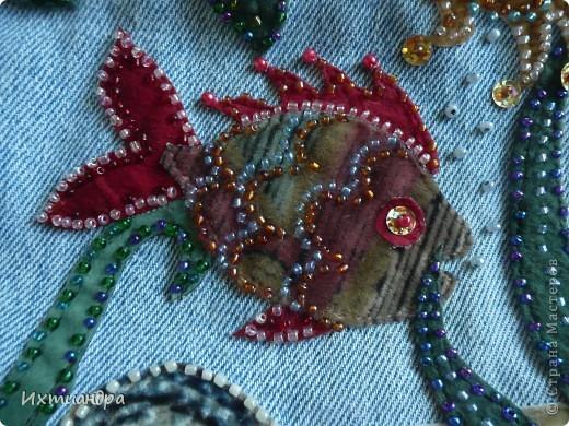 Летняя сумочка из старых джинсов. Рыбки украшены бисером. фото 7