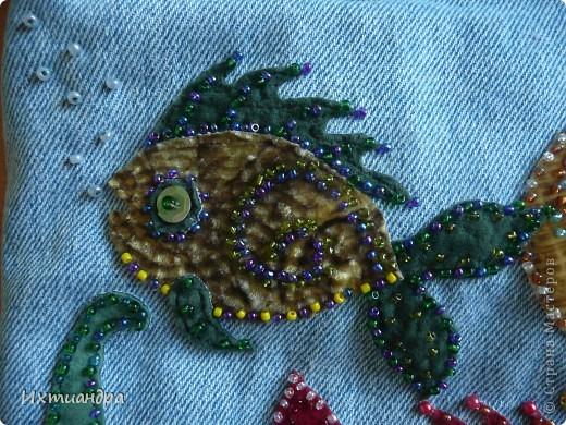 Летняя сумочка из старых джинсов. Рыбки украшены бисером. фото 8