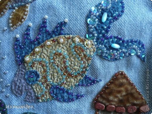 Летняя сумочка из старых джинсов. Рыбки украшены бисером. фото 9