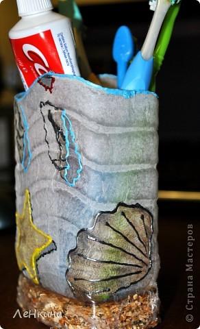 """Вот и опять я """"сплюшничала"""" и не выкинула бутылочку от кондиционера... Понравилась ее волнистая поверхность... Лежала - лежала она у меня, и тут мне придумалось сделать из нее подставочку для зубных щеток. Нашла в закромах красивую салфеточку и вот она - готова!!! фото 3"""