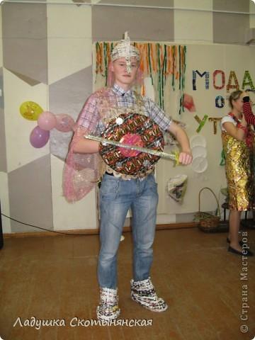 """Эта коллекция выполнена для школьного конкурса """"Мода от """"утиль"""". Каждый класс должен был сделать три модели из вторичных материалов.  фото 5"""