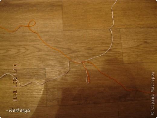Сегодня я хочу вам показать как делать такую фенечку. Ее можно использовать как браслет или как брелок. Нам потребуются 4 нити (я использовала 2 белых и 2 оранжевых). Завяжите их в узелок (отступив 7-10 см для завязок). фото 2