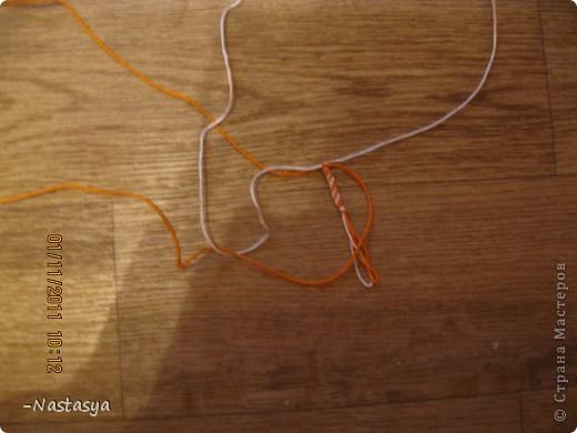Сегодня я хочу вам показать как делать такую фенечку. Ее можно использовать как браслет или как брелок. Нам потребуются 4 нити (я использовала 2 белых и 2 оранжевых). Завяжите их в узелок (отступив 7-10 см для завязок). фото 4