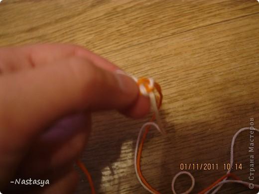 Сегодня я хочу вам показать как делать такую фенечку. Ее можно использовать как браслет или как брелок. Нам потребуются 4 нити (я использовала 2 белых и 2 оранжевых). Завяжите их в узелок (отступив 7-10 см для завязок). фото 8