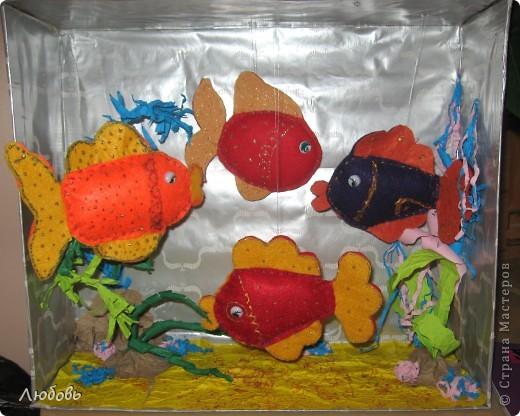 """Мои ученики  продолжают осваивать шов """"вперёд иголкой"""". На этот раз шьём рыбок из фетра и хозяйственных салфеток. Дополнительно рыбок разукрашиваем контурами для ткани и фломастерами. На этой фотографии рыбки от Антона (3кл), Кати (3кл) и Насти ( 1 кл). Одна рыбка моя как образец.  фото 9"""