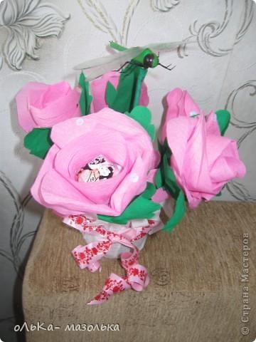 Использовала:  корзиночку+обертка+гофрированная бумага (для цветочка) +осока и травка- для украшения фото 2