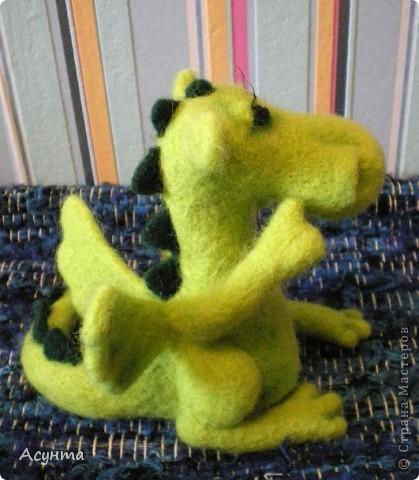 В преддверии Нового года я тожу вношу свою лепту в дракономанию. Это моя третья игрушка-валяшка, рождалась в муках, долго, в несколько подходов, но причины тому косвенные. Поэтому очень важно ваше мнение фото 5