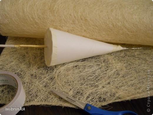 После того, как сделала зеленую елочку из сизалевого полотна http://stranamasterov.ru/node/261867, по просьбе наших мастериц решила сделать МК. Сизалевых елочек очень много, есть и мастер-классы, только мои я делаю из полотна, поскольку сизаля в пучках у нас не продают, а может я не нашла, а полотно продается везде, даже в цветочных ларьках фото 4