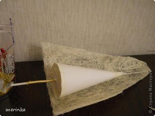 После того, как сделала зеленую елочку из сизалевого полотна http://stranamasterov.ru/node/261867, по просьбе наших мастериц решила сделать МК. Сизалевых елочек очень много, есть и мастер-классы, только мои я делаю из полотна, поскольку сизаля в пучках у нас не продают, а может я не нашла, а полотно продается везде, даже в цветочных ларьках фото 6