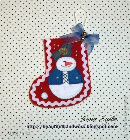 А я к вам с рождественскими сапожками. Сшиты из флиса. Аппликация из фетра, пришита ручным обметочным швом. Размер сапога всего 13см. Мы их на елочку вешать будем :) фото 2