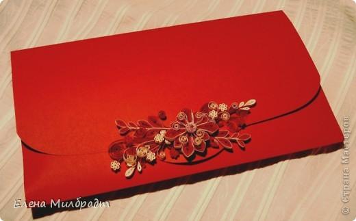 Подарочный конверт. Подарок упакован по принципу матрешки. Коробочка – конверт в конверте-подарок. Букет в красно-белой гамме удачно завершит композицию. фото 3
