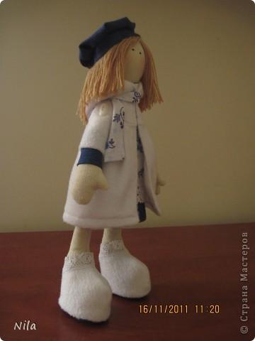 Очень мне понравилась кукла  снежная девочка. Выкроила время и пошила сразу двух подружек. Вот такие они  получились. Они могут сидеть и поднимать  ручки. Высота 33-35 см фото 3