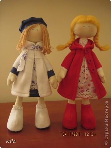 Очень мне понравилась кукла  снежная девочка. Выкроила время и пошила сразу двух подружек. Вот такие они  получились. Они могут сидеть и поднимать  ручки. Высота 33-35 см фото 1