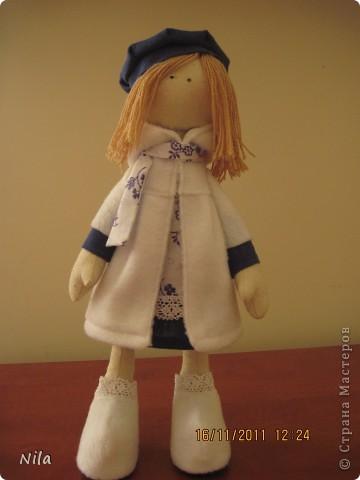 Очень мне понравилась кукла  снежная девочка. Выкроила время и пошила сразу двух подружек. Вот такие они  получились. Они могут сидеть и поднимать  ручки. Высота 33-35 см фото 2
