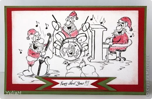 """И снова здравствуйте! Сынишке стало немного лучше (эти противные простуды и вирусы!), поэтому мама быстро побежала загрузить хвасталок.  Ни за что не думала, что образы, возникающие после прослушивания песни или мелодии могут быть такими сильными и даже навязчивыми. Прослушала необыкновенную обработку  всем известной песни Jingle Bells несколько раз (ссылочку дам ниже), а перед глазами задорно веселились и сумасшедшие Санты - и зачем им разносить подарки?, ведь так прикольно собраться вместе и отчебучить что-то этакое! Долго я носилась с этой картинкой в голове, а потом взяла карандаш, гелевую ручку и пастельный мелок - и нарисовала эту веселую Санта-банду. Открытка для меня необычная - """"чисто и просто"""", но очень мне нравится - оставлю себе для вдохновения. фото 1"""