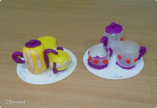 Для изготовления посуды использован пластилин и бросовый материал от киндер-сюрприза. фото 1