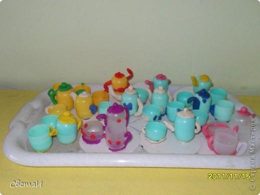 Для изготовления посуды использован пластилин и бросовый материал от киндер-сюрприза. фото 2