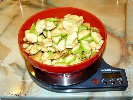 Этот рецепт многим знаком, но не всем, так что может и пригодиться кому-нибудь =)))  1. Нарезаем яблочки. фото 1