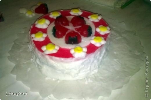 """торт """"клубничная поляна"""" изготовлен из мыльной основы. В общем вышел на 1100 гр. фото 1"""