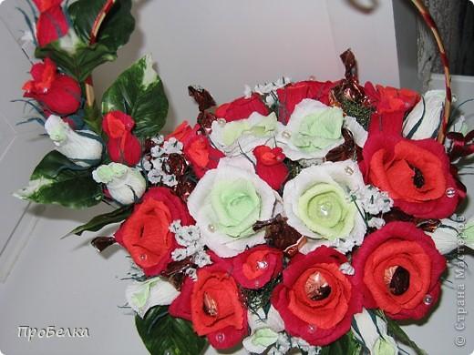 Это корзина с конфетками, завёрнутыми в цветы  и бутончики. Я когда дарю, говорю, что РОЗЫ-это ФАНТИКИ для конфет, просто такие необычные... фото 2