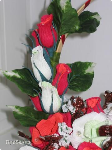Это корзина с конфетками, завёрнутыми в цветы  и бутончики. Я когда дарю, говорю, что РОЗЫ-это ФАНТИКИ для конфет, просто такие необычные... фото 3