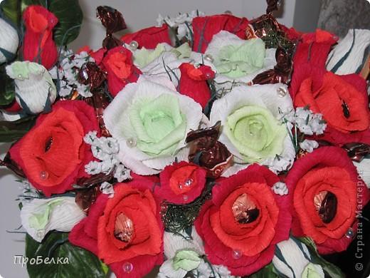 Это корзина с конфетками, завёрнутыми в цветы  и бутончики. Я когда дарю, говорю, что РОЗЫ-это ФАНТИКИ для конфет, просто такие необычные... фото 4