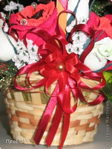 Это корзина с конфетками, завёрнутыми в цветы  и бутончики. Я когда дарю, говорю, что РОЗЫ-это ФАНТИКИ для конфет, просто такие необычные... фото 5