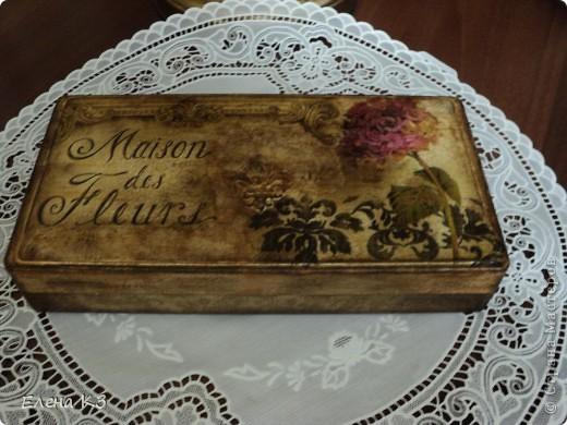 Начало создания этого набора для кухни было тревиальным - у меня сломалась коробка для столовых приборов. Переложила я ножи, вилки, ложки в пакет и начала искать подходящую тару. И нашла.. старую старую коробку из под столовых приборов. А к этому времени появилась у меня и очень красивая салфеточка! фото 2