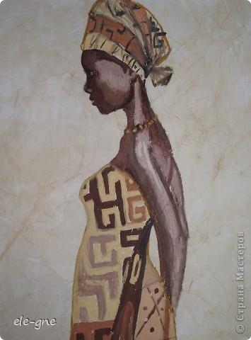 Искала в интернете узоры на тему африкнские мотивы и наткнулась на иллюстрации темнокожих девушек и не удержалась ,попробовала повторить,решила нарисовать гуашью.Вот что получилось                                                                                                         бумагу состарила при помощи кофе ,вокруг украсила яичной скорлупой фото 2