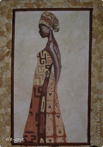 Искала в интернете узоры на тему африкнские мотивы и наткнулась на иллюстрации темнокожих девушек и не удержалась ,попробовала повторить,решила нарисовать гуашью.Вот что получилось                                                                                                         бумагу состарила при помощи кофе ,вокруг украсила яичной скорлупой фото 1