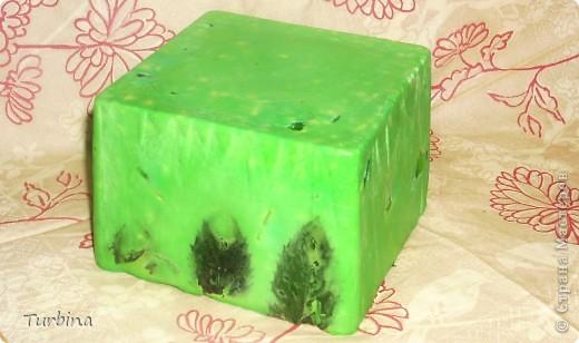 """И всё же процесс мыловарения из детского для меня более таинственный и захватывающий, нежели чем из основы. Безумно люблю мыло под нарезку, пусть оно не сильно симпатично выглядит, но как говориться, на вкус и цвет, фломастеры разные ))))). Итак: Мыло «Мята и Зеленое Яблоко» (до нарезки): - настой мяты; - листочки мяты; - 100% эфирное масло мяты; - яблочный сок; - масло зверобоя; - витамин A; - молочная кислота; - натуральный мёд; - запах """"Зеленое Яблоко"""". фото 1"""