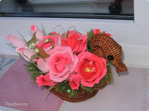 Это корзина с конфетками, завёрнутыми в цветы  и бутончики. Я когда дарю, говорю, что РОЗЫ-это ФАНТИКИ для конфет, просто такие необычные... фото 6