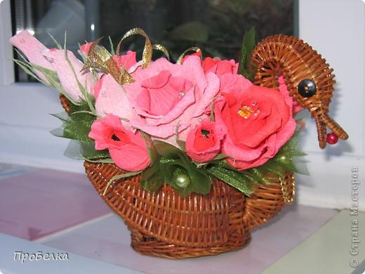 Это корзина с конфетками, завёрнутыми в цветы  и бутончики. Я когда дарю, говорю, что РОЗЫ-это ФАНТИКИ для конфет, просто такие необычные... фото 7