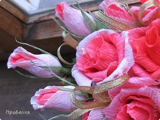 Это корзина с конфетками, завёрнутыми в цветы  и бутончики. Я когда дарю, говорю, что РОЗЫ-это ФАНТИКИ для конфет, просто такие необычные... фото 8