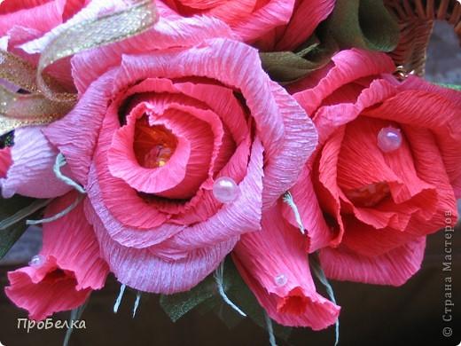 Это корзина с конфетками, завёрнутыми в цветы  и бутончики. Я когда дарю, говорю, что РОЗЫ-это ФАНТИКИ для конфет, просто такие необычные... фото 9