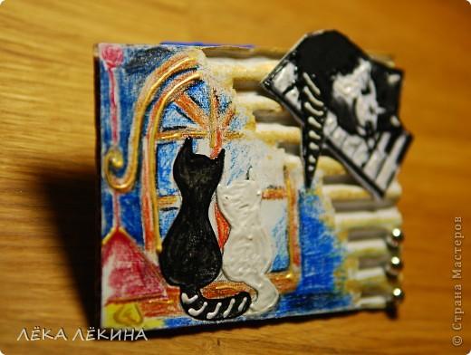 """Назвала """"Противоположности притягиваются"""" Карточка одна. Как то вот в таком виде сразу увиделась, второго варианта не было, а вымучивать не хочу. Если понравится буду рада:) По материалам : основа гофрокартон, рисунок акварельные карандаши, объемный контур, золотая патина и белый акрил, бусины    фото 2"""