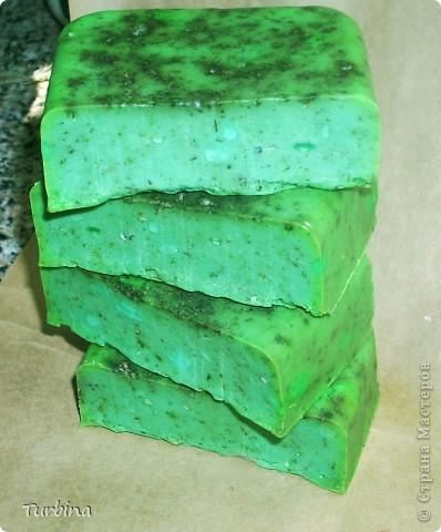 """И всё же процесс мыловарения из детского для меня более таинственный и захватывающий, нежели чем из основы. Безумно люблю мыло под нарезку, пусть оно не сильно симпатично выглядит, но как говориться, на вкус и цвет, фломастеры разные ))))). Итак: Мыло «Мята и Зеленое Яблоко» (до нарезки): - настой мяты; - листочки мяты; - 100% эфирное масло мяты; - яблочный сок; - масло зверобоя; - витамин A; - молочная кислота; - натуральный мёд; - запах """"Зеленое Яблоко"""". фото 2"""