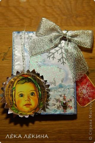 """С чем у вас ассоциируется детсво и Новый год? У кого-то с мандаринами, у кого-то с елкой....у меня с конфетами Аленка....почему не знаю. Сейчас эти конфеты любят мои дети. Вот смотрела я на фантики из-под них и решила их """"увековечить"""":) Сделала всего 3 штуки, т.к. не уверена что у Аленки много поклонников. Карточка двухсторонняя, на лицевой стороне на фоне белого атласа, блескучий олень, шарик с лицом Аленки (он двигается и тонирован золотом) и серебристый бантик...ну и снежинки, бусинки...вторая сторана полностью сделана вручную, новогодний мотивчик нарисован акварельными карандашами, плюс тонировка, печать Деда мороза, золотая патина и т.д. Мои коодинаты написаны на маленьком теге:) Кредиторов у меня нет, поэтому милости прошу, всех поклонников Аленки фото 4"""