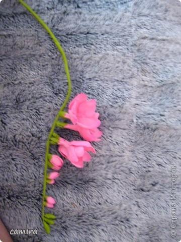 Привет! Спасибо что заглянули! Фрезия слеплена из самоварного холодного фарфора. Не удержалась и сфотографировала первые 2 фрезии из будущего букета. фото 7