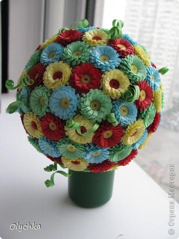 """Сделала шар из газеты, обмотала нитками, для прочности и наклеила цветы. Готовый шар """"посадила"""" в колпачок от дезодоранта. фото 1"""