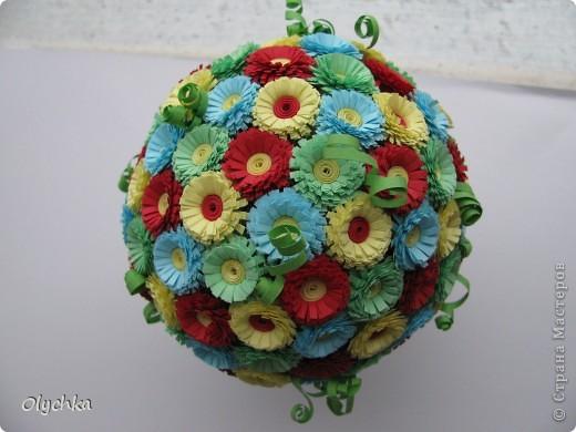 """Сделала шар из газеты, обмотала нитками, для прочности и наклеила цветы. Готовый шар """"посадила"""" в колпачок от дезодоранта. фото 2"""