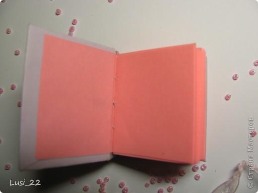 Вот такие  миниатюрные блокнотики у меня получились. Делала по этому МК http://scrapshopchallenge.blogspot.com/2010/11/quest.html фото 21