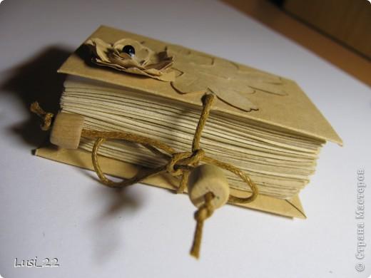 Вот такие  миниатюрные блокнотики у меня получились. Делала по этому МК http://scrapshopchallenge.blogspot.com/2010/11/quest.html фото 15