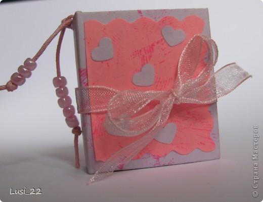 Вот такие  миниатюрные блокнотики у меня получились. Делала по этому МК http://scrapshopchallenge.blogspot.com/2010/11/quest.html фото 17