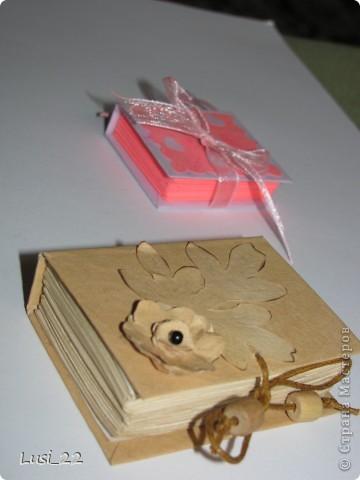 Вот такие  миниатюрные блокнотики у меня получились. Делала по этому МК http://scrapshopchallenge.blogspot.com/2010/11/quest.html фото 23