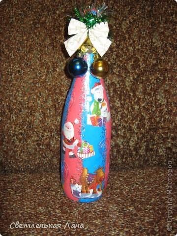 После того, как моя дочь увидала мою бутылочку, которую я украсила к Новому году, она сразу взялась за работу.  фото 1