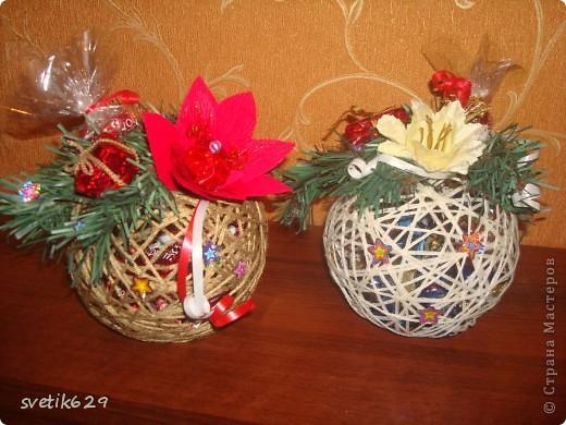 В начале сделала шарики из ниток.Затем положила во внутрь конфетки ,а сверху сделала декор. Такой шарик прекрасно подойдет для подарка . А еще его можно повесить на нитку и украсить окно или люстру. фото 1