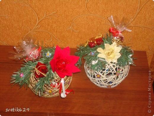 В начале сделала шарики из ниток.Затем положила во внутрь конфетки ,а сверху сделала декор. Такой шарик прекрасно подойдет для подарка . А еще его можно повесить на нитку и украсить окно или люстру. фото 2