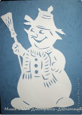 Я слепил Снеговика! Круглые его бока!  Хитро улыбается, И морозцом щипается!   Ровно в полночь, в Новый год, Знаю, что он оживет! Чтобы сильно не замерз, Шарфик я ему принес.  Забрал дворника метлу, Пусть метет ей по двору! Снежинки поднимает, Во двор нас зазывает!   Д.-Д. Ю. Ю.   20.11.2011